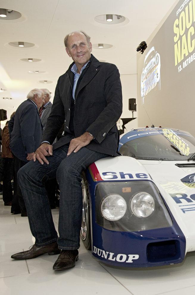 Motorsportlegende Hans-Joachim Stuck fährt den Porsche 356 bei der Mille Miglia