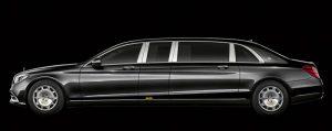 Die Seitenansicht der langen Luxuslimousine Mercedes-Maybach Pullman