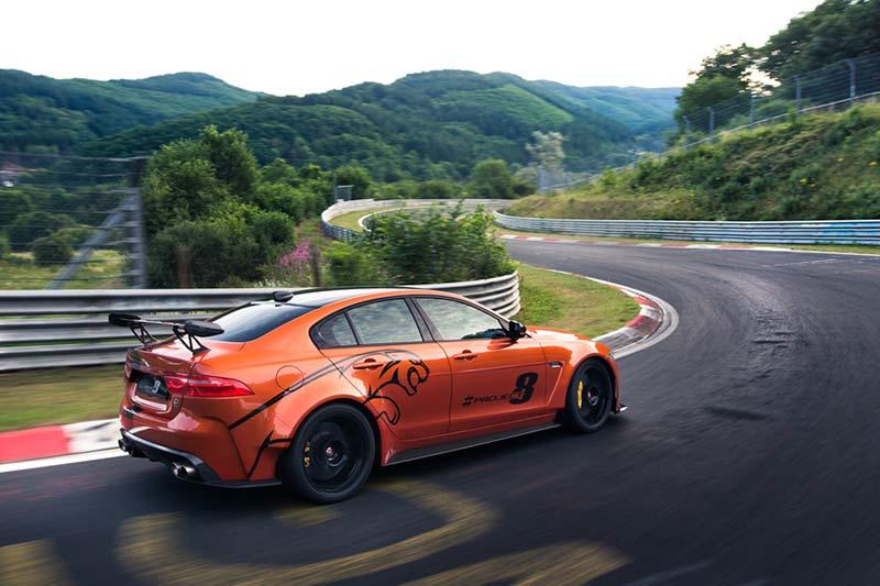 Jaguar XE SV Project 8 bei der Fahrt durch die grüne Hölle des Nürburgrings