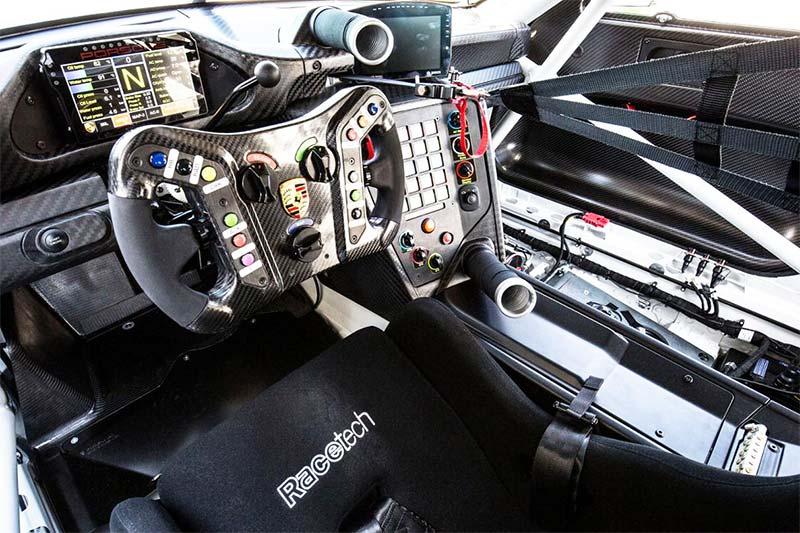 Der Innenraum des 911 GT3 R - Mehr Sicherheit für den Piloten