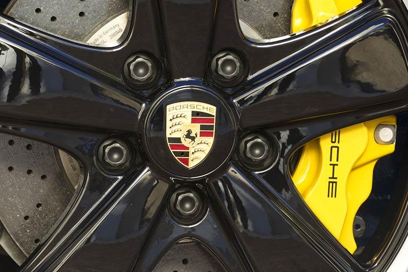 Das Porsche Firmenlogo auf der Felge des Porsche 911 Speedster