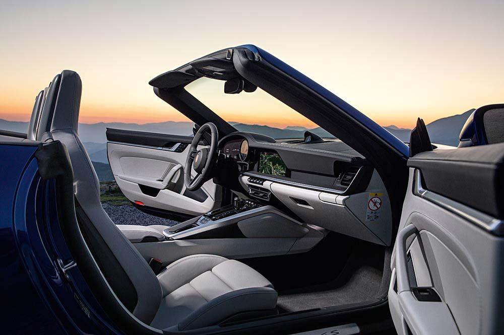 Klare Linienführung im Innenraum beim neuen Porsche 911 Cabriolet