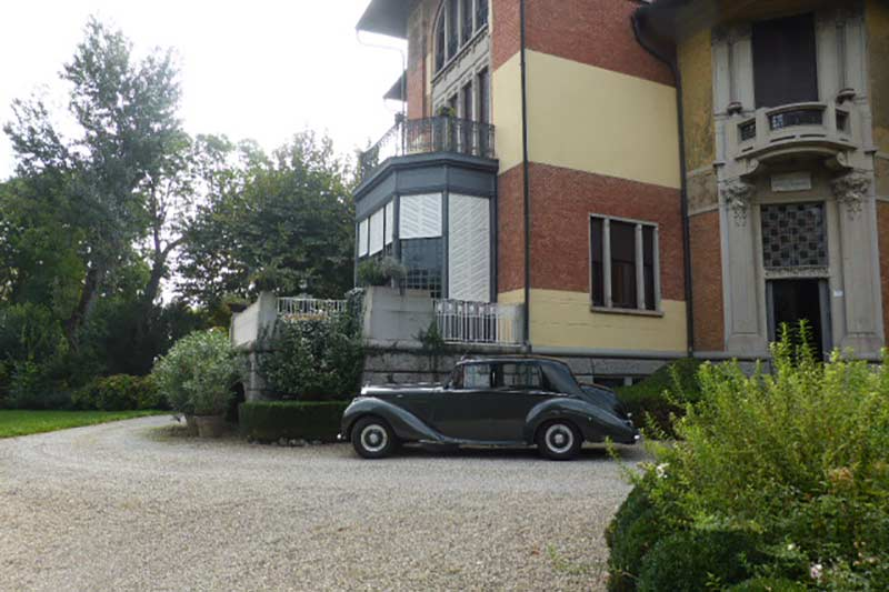 Italienische Villa mit Bentley