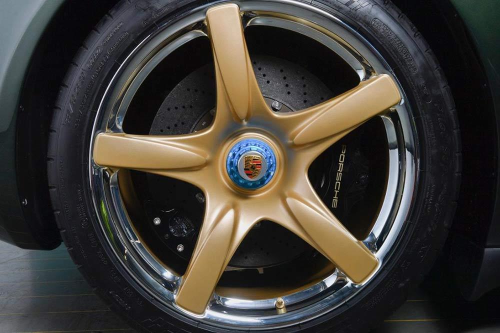 Goldener Felgenkranz und silberner Felgenring beim Carrera GT