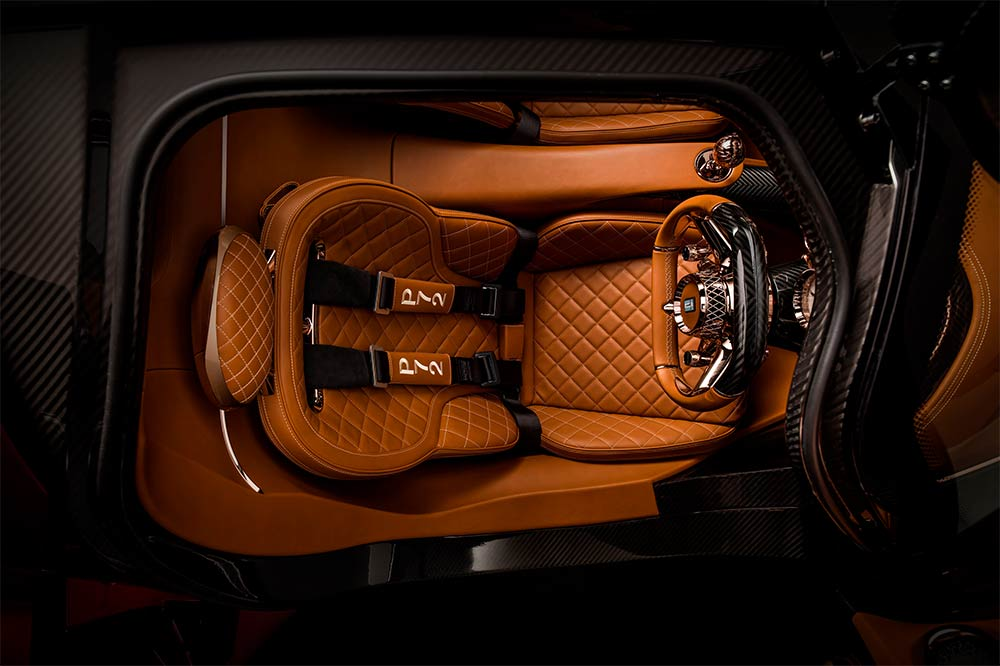Edles Interieur, das etwas an das Design der Pagani Supercars erinnert