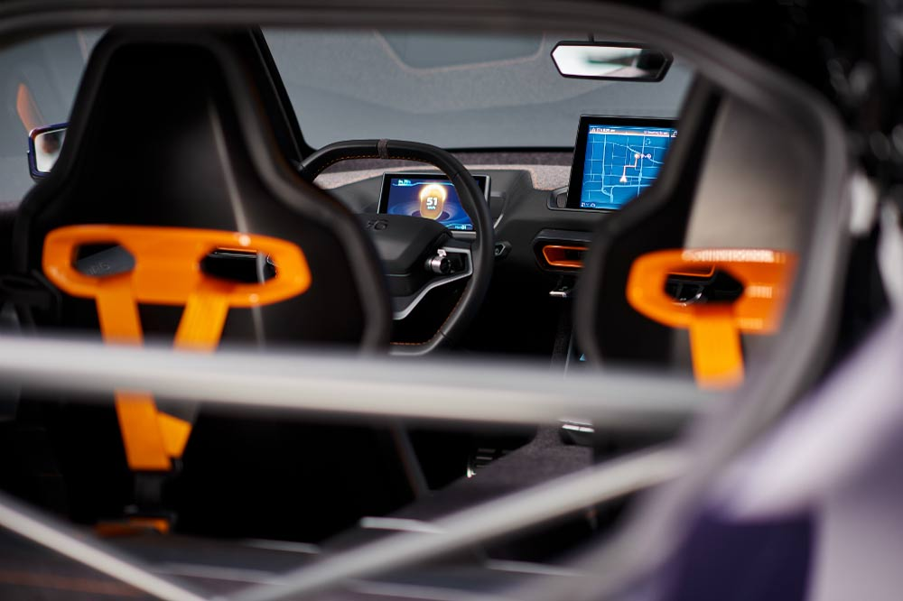Innenraum mit Blick auf den Fahrer und Beifahrersitz