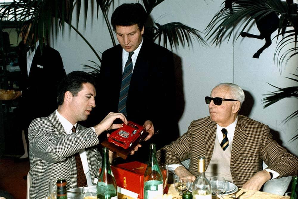 Enzo Ferrari mit seinem Sohn Piero begutachten das Modell des Ferrari F40
