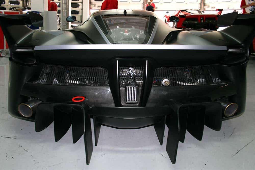 Der Hybrid-Rennwagen aus Maranello hat zwei kleinere Spoiler mit Winglets